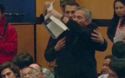 Un hombre enfrentó a Mario Vargas Llosa y rompió uno de sus libros