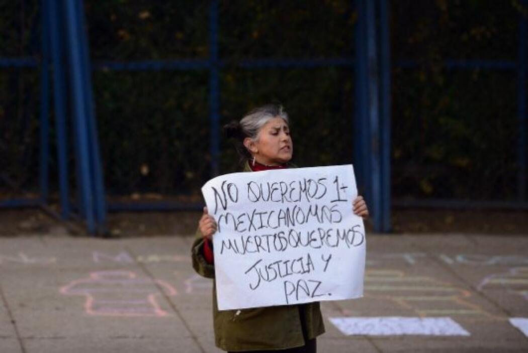 Aquí un inconforme frente la embajada de Estados Unidos, en la Ciudad de...