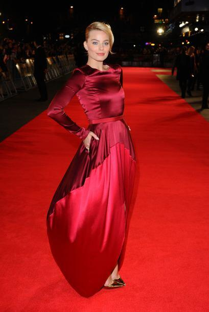 El protagonista de su 'outfit' fue un vestido rojo satinado en dos tonos...
