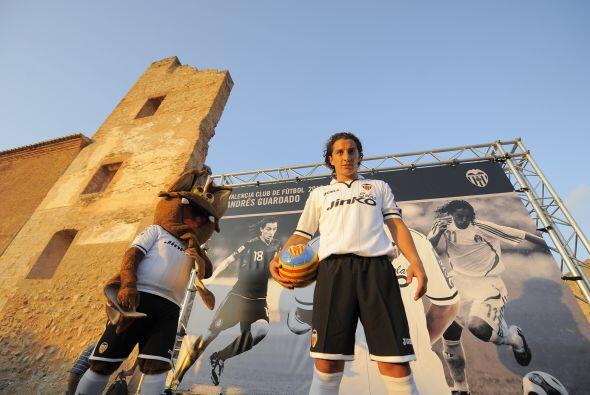 Andrés Guardado fue presentado como nuevo refuerzo del Valencia ante mil...
