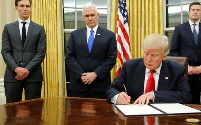 Siete horas después de su posesión, Donald Trump firma primera orden eje...