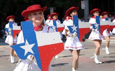 Dallas se pintó de música y fiesta en el inicio a esta gran feria
