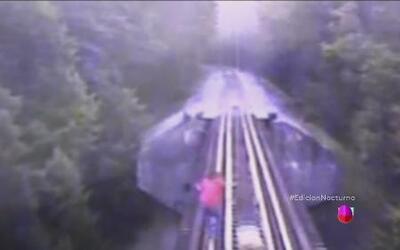 Dos mujeres corren para evitar ser arrolladas por el tren