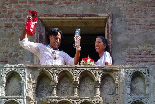 Felices y emocionados, brindaron por la eterna felicidad con copas y cha...