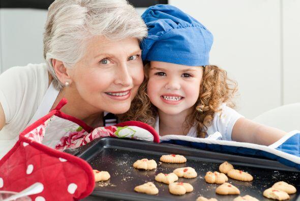 6. Horneen galletas o postres juntos que después puedan compartir con al...