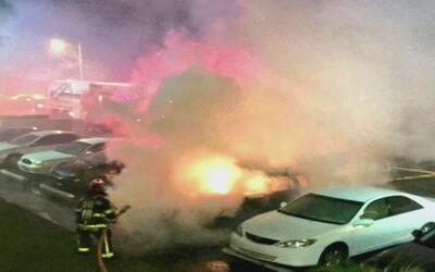 Cinco vehículos resultaron destruidos por incendio en un estacionamiento...