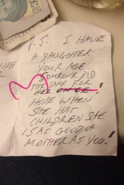 En la posdata del mensaje, el extraño menciona que tiene una hija...