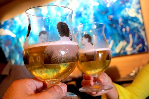 El primer plato del menú fue acompañado por una cerveza Duvel Single, la...