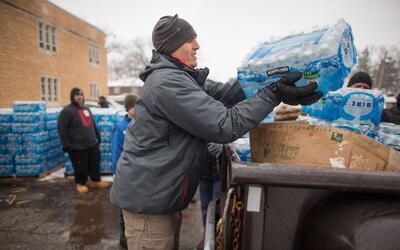 Voluntarios en Flint llenan autos de botellas de agua —la única a...