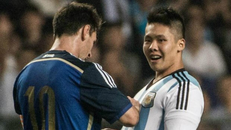 El argentino accedió a firmar la playera del aficionado que invadió el c...