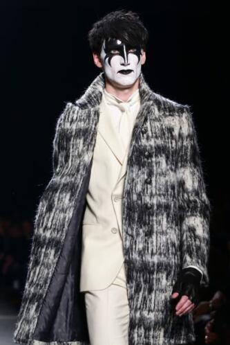 Otros tantos aparecieron con la cara pintada como Gene Simmons, y mostra...