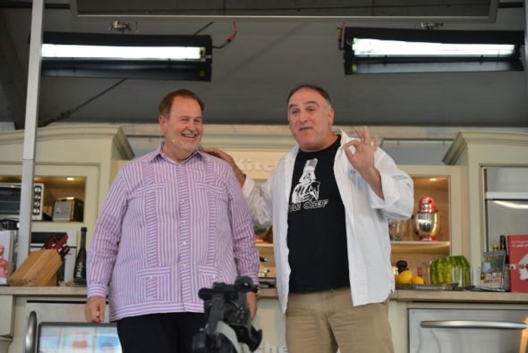El Chef Jose Andres y Raul de Molina cocinaron juntos en el festival de...
