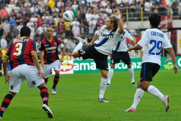 Diego Forlán volvió a ser titular pero sigue sin convertir.