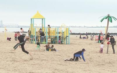 Neoyorquinos disfrutan de las playas en el inicio no oficial del verano