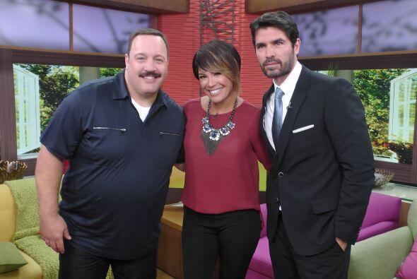 Karla fue corriendo por su foto con estos dos guapos.