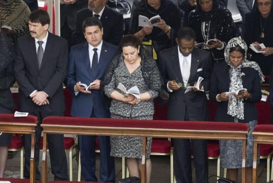El presidente de Honduras, Juan Orlando Hernández, acompañado de su espo...