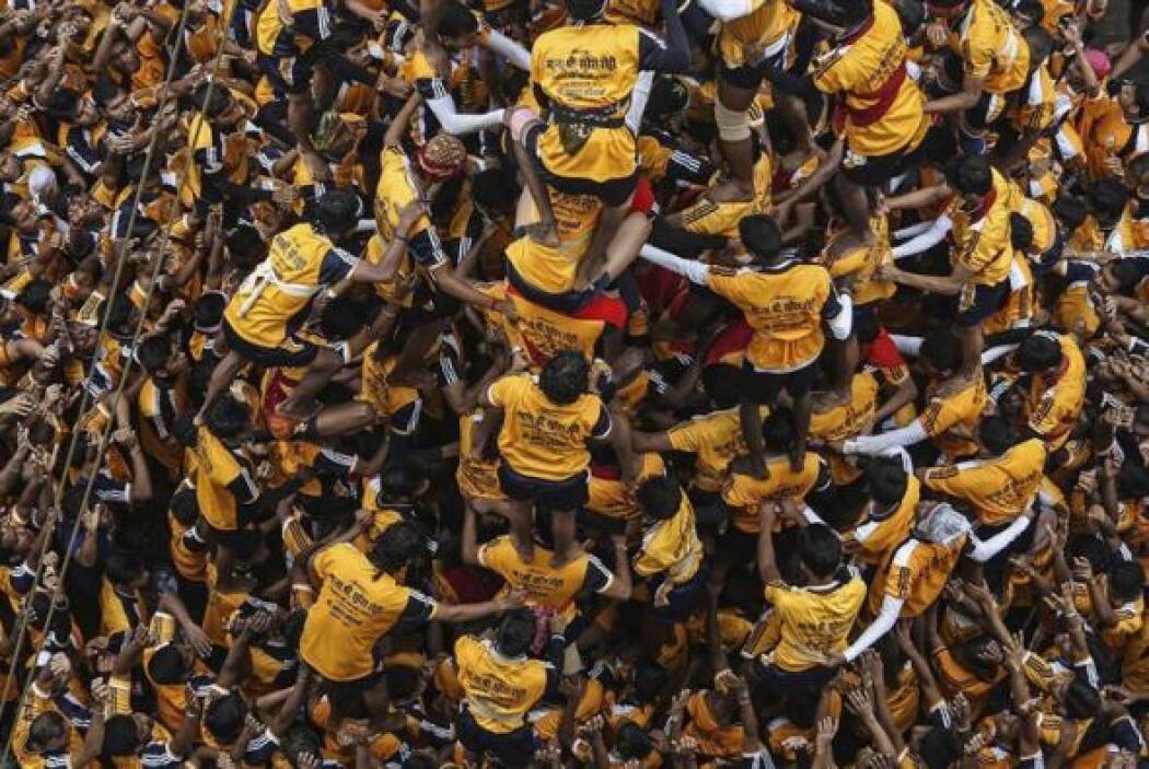 """Un grupo de devotos indios forma una pirámide humana para romper una """"da..."""