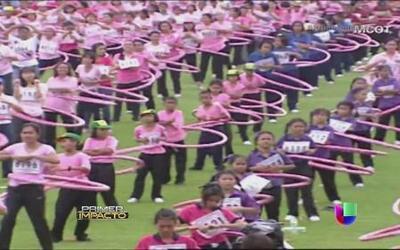 Más de tres mil personas bailan al ritmo de hula-hoop