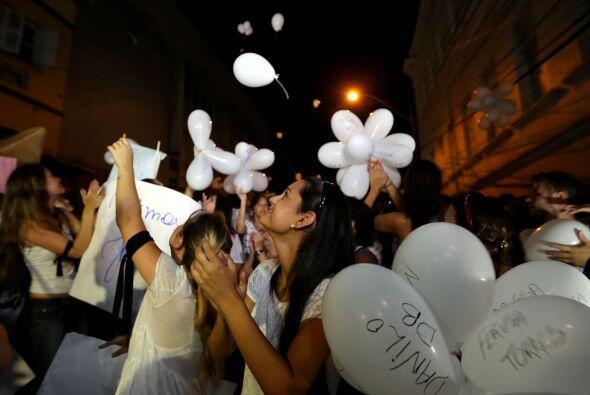 Muchos portaban globos blancos en los que estaban escritos nombres de la...