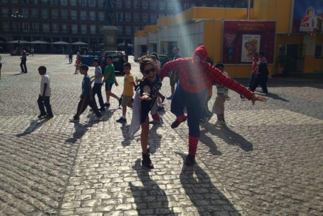 En las calles de España, Alejandra se topó con un Spiderman muy diferente.