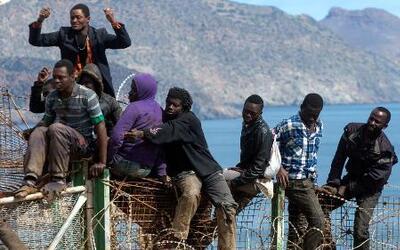 Dramáticas imágenes de inmigrantes intentando cruzar la frontera de España