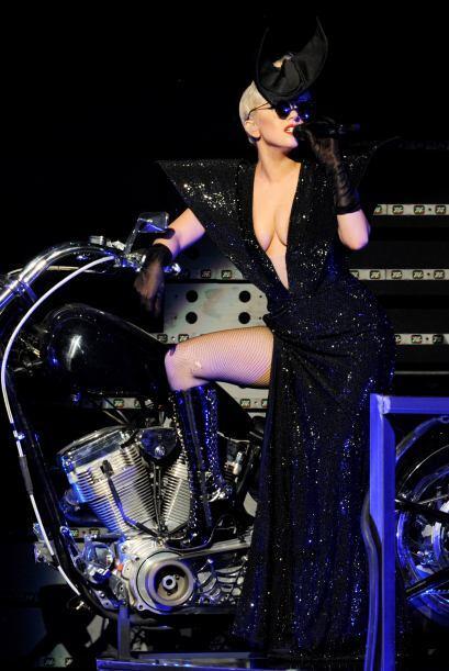 A Lady Gaga siempre la vemos altísima. Mira aquí los video...