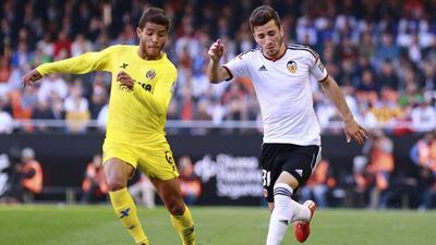 Jonathan Dos Santos disputa un balón durante el duelo del Villarreal en...