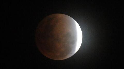 Los eclipses parciales penumbrales permiten ver cómo se oscurece...