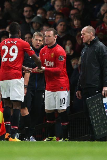 Para los minutos finales, Wayne Rooney entró al campo. Phil Jones y Fabi...