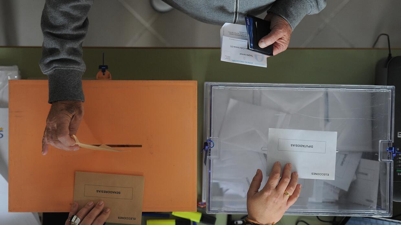 Un hombre vota para los dos órganos legislativos de España, el Senado (s...
