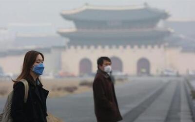 Ciudadanos se cubren con unas máscaras cerca a la plaza Gwanghwamun, en...