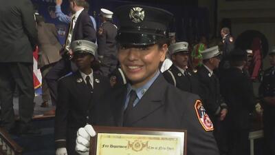 Carla Mendoza, la mujer latina que logró graduarse como bombera de Nueva...