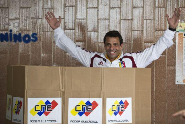 Vestido con una chaqueta de la selección venezolana de fút...