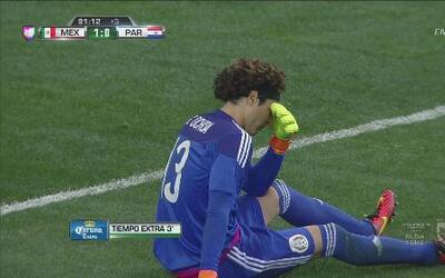 El balón rebota en la publicidad y golpea en la nariz a Guillermo Ochoa