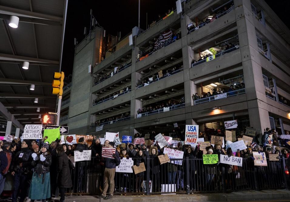 El número de manifestantes fue aumentando según pasaron las horas en el...