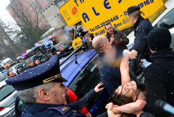 """Tres mujeres, que llevaban escrito en el pecho """"Basta Berlusconi"""", fuero..."""