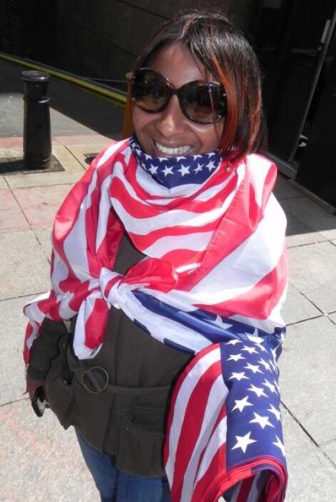 Los comerciantes no podían faltar y se los veía vender banderas por toda...