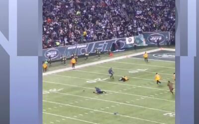 Dos hombres sin camisa paralizaron un juego entre los Jets de Nueva York...