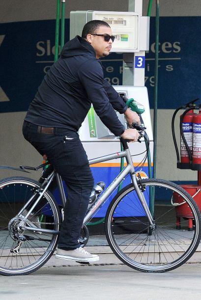 El ex futbolista brasileño decidió subirse a la bicicleta...