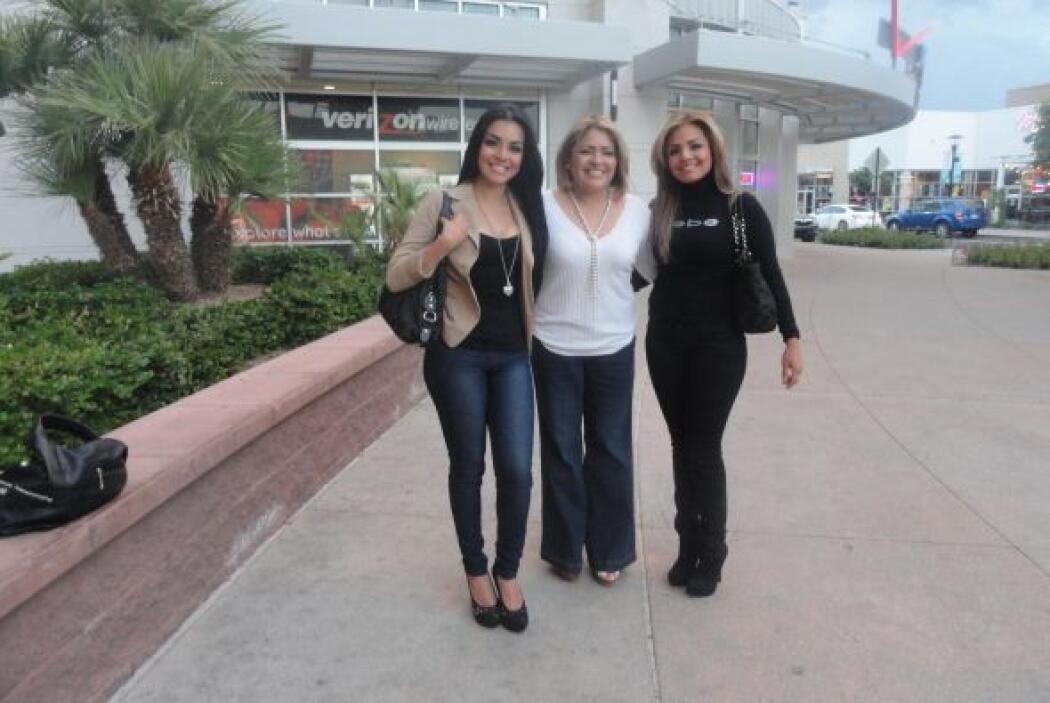 Con su mamá y su hermana.