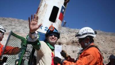 El minero Carlos Barrios sale de la cápsula Fénix tras 70 días a 622 met...