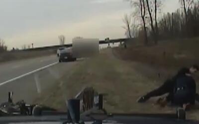 En video, un fugitivo ataca a un agente que lo perseguía en Michigan