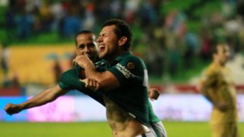 Miguel Sabah celebrando el gol de la victoria ante Universidad.