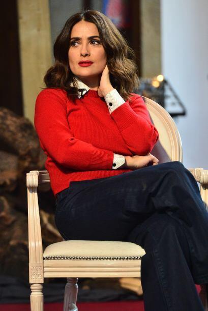 Salma tenía un look un poco retro, con suéter rojo y blusa blanca debajo.