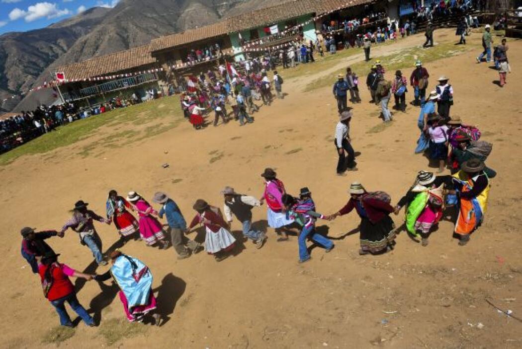La gente del pueblo hace un baile antes del combate.