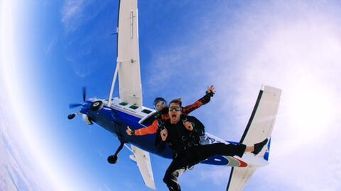 La idea de saltar en paracaídas es aterradora para muchas personas, sin...