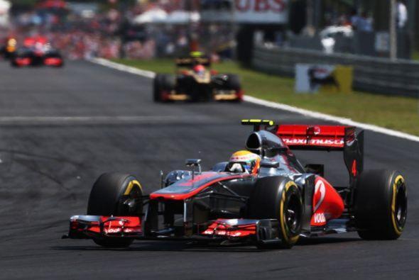 El británico Lewis Hamilton (McLaren-Mercedes), que salió...