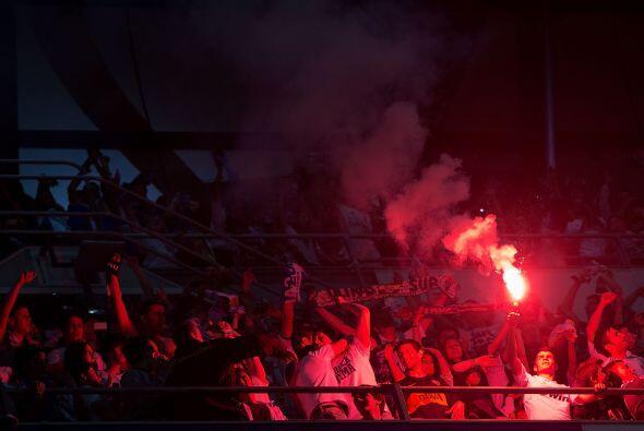 Y del otro lado las bengalas rojas contrastaban en el Estadio de la Luz.