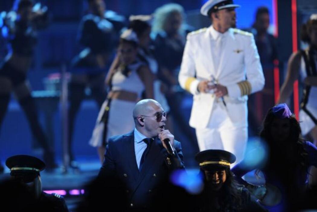 Pitbull y Chris Brown lucieron como todos unos apuestos capitanes.
