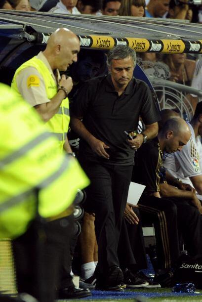 Mourinho se daba momentos para repartir indicaciones entre sus dirigidos.
